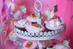 Шоколадный батончик Таблица банкета вполне десертов и ассортимента помадок пирог и торт Розовое печенье Стоковая Фотография