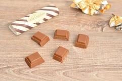 Шоколадный батончик шоколада сломанный в части с оболочками из фокуса Стоковая Фотография RF