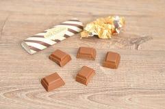 Шоколадный батончик шоколада сломанный в части с оболочками из фокуса Стоковые Изображения