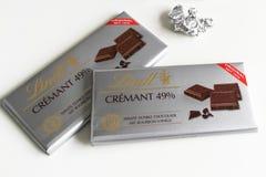 Шоколадный батончик Lindt Crémant 49%, высокий профессионализм, какао 85%, богатая темнота стоковые фото