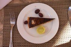 Шоколадный торт лимона на белой плите с лимоном стоковые изображения rf