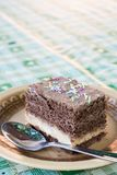 Шоколадный торт макроса крупного плана с красочным брызгает послуженный на плите Стоковая Фотография