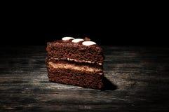 Шоколадный торт на деревянном столе стоковая фотография