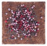 Шоколадный торт с завалкой ягоды и украшения ягоды в праздничном оформлении Стоковые Фото