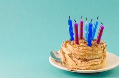 Шоколадный торт с сливк и сериями свечей на голубой предпосылке стоковое фото rf