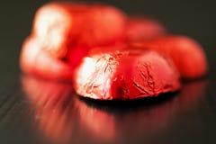 Шоколады в форме сердца над refelcting черная поверхность Стоковое Изображение RF