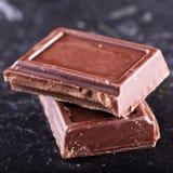 Шоколад в блоках над черной предпосылкой Стоковые Фотографии RF