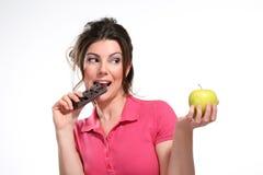 Шоколад еды диетпитания молодой женщины стоковые фотографии rf