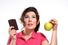 Шоколад еды диетпитания молодой женщины стоковое фото rf
