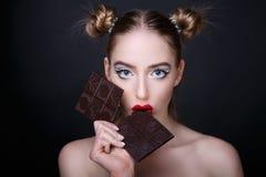 шоколад есть женщину стоковые фото