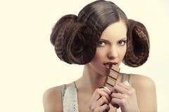 шоколад есть сбор винограда типа девушки Стоковое Фото