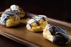 Шоколад и ванильные cream слойки Стоковое фото RF