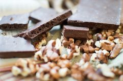 Шоколад и гайки лежа на таблице стоковое фото rf