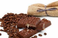 Шоколад и кофейные зерна изолированные на белизне. Стоковое Фото