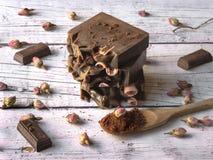 Шоколад и мыло роз на белой деревянной предпосылке стоковая фотография rf