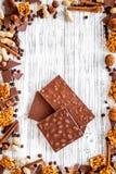 Шоколад кашевара домодельный Шоколадные батончики, гайки, сахар, кофейные зерна, циннамон на сером деревянном взгляд сверху предп Стоковое Изображение RF