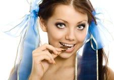 шоколад наслаждается отрезками провода изолированными девушкой стоковые фото