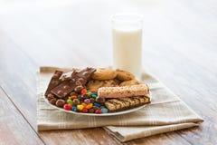 Шоколад, печенья, конфеты и бары muesli стоковое фото rf