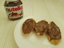 Шоколад питания нуги Украины Kiev10 марта 2018 Nutella очень вкусный на деревянном вкусном популярном сметанообразном lunchsandwi стоковые фото