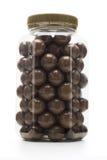 шоколад - покрынные гайки молока стоковые фото