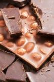 Шоколад с гайками и темным крупным планом шоколада стоковая фотография