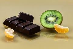 Шоколад с куском кусков кивиа и мандарина закрывает вверх Стоковые Фотографии RF