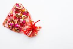 Шоколад в форме сердц в красной сумке на белой предпосылке Стоковые Фото