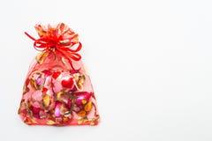 Шоколад в форме сердц в красной сумке на белой предпосылке Стоковое Изображение RF