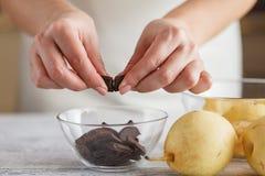 Шоколад груши и банана крошит с мороженым и карамелькой Стоковое Изображение RF