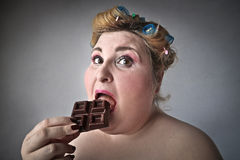 шоколад есть женщину стоковые изображения