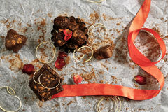 Шоколад запыленный с какао и красной лентой Стоковая Фотография