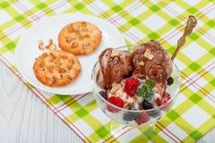 Шоколад и белое мороженое в стекле с поленикой и curr стоковое изображение rf