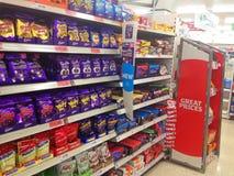 Шоколад или конфета на полке супермаркета стоковое фото