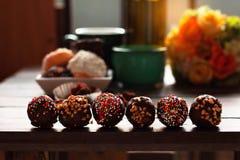 Шоколад и donuts на таблице Стоковое Изображение RF