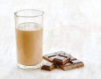 Шоколадное молоко и шоколад на белой деревянной таблице стоковая фотография
