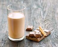 Шоколадное молоко с шоколадом и циннамоном на темной деревянной таблице стоковые фото