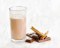 Шоколадное молоко с шоколадом и циннамоном на whit стоковое фото rf