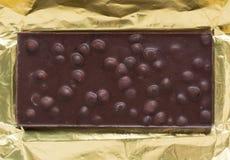 Шоколадный батончик в открытый оборачивать сусального золота Стоковая Фотография RF