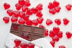 Шоколадный батончик в фольге, стеклянные сердца, Стоковое Изображение RF