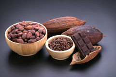 Шоколадный батончик и высушенный стручок какао, nibs какао в деревянном шаре дальше Стоковое Изображение RF