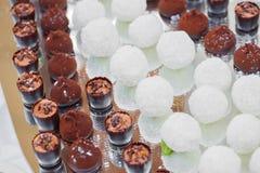 Шоколадный батончик на свадебной церемонии с много различными конфетами и напитками Стоковая Фотография