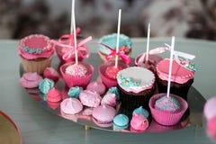 Шоколадный батончик Очень вкусный сладостный шведский стол с пирожными Сладостный праздник b Стоковые Фотографии RF