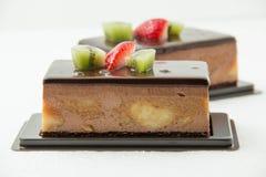 Шоколадный торт банана на белизне Стоковое Изображение