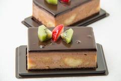 Шоколадный торт банана на белизне Стоковые Изображения