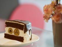 Шоколадный торт банана на таблице Стоковые Фото