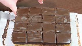 Шоколадный торт вырезывания Торт отрезков руки ` s женщины видеоматериал