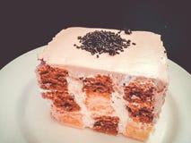 Шоколадный торт и покрашенное ванилью квадратное форменное Стоковые Фотографии RF