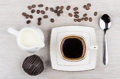 Шоколадный торт, молоко, чашка кофе и разбросанные кофейные зерна Стоковое фото RF