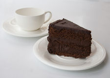 Шоколадный торт на белой предпосылке с чашкой q Стоковая Фотография
