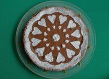 Шоколадный торт на зеленой предпосылке Стоковое Фото